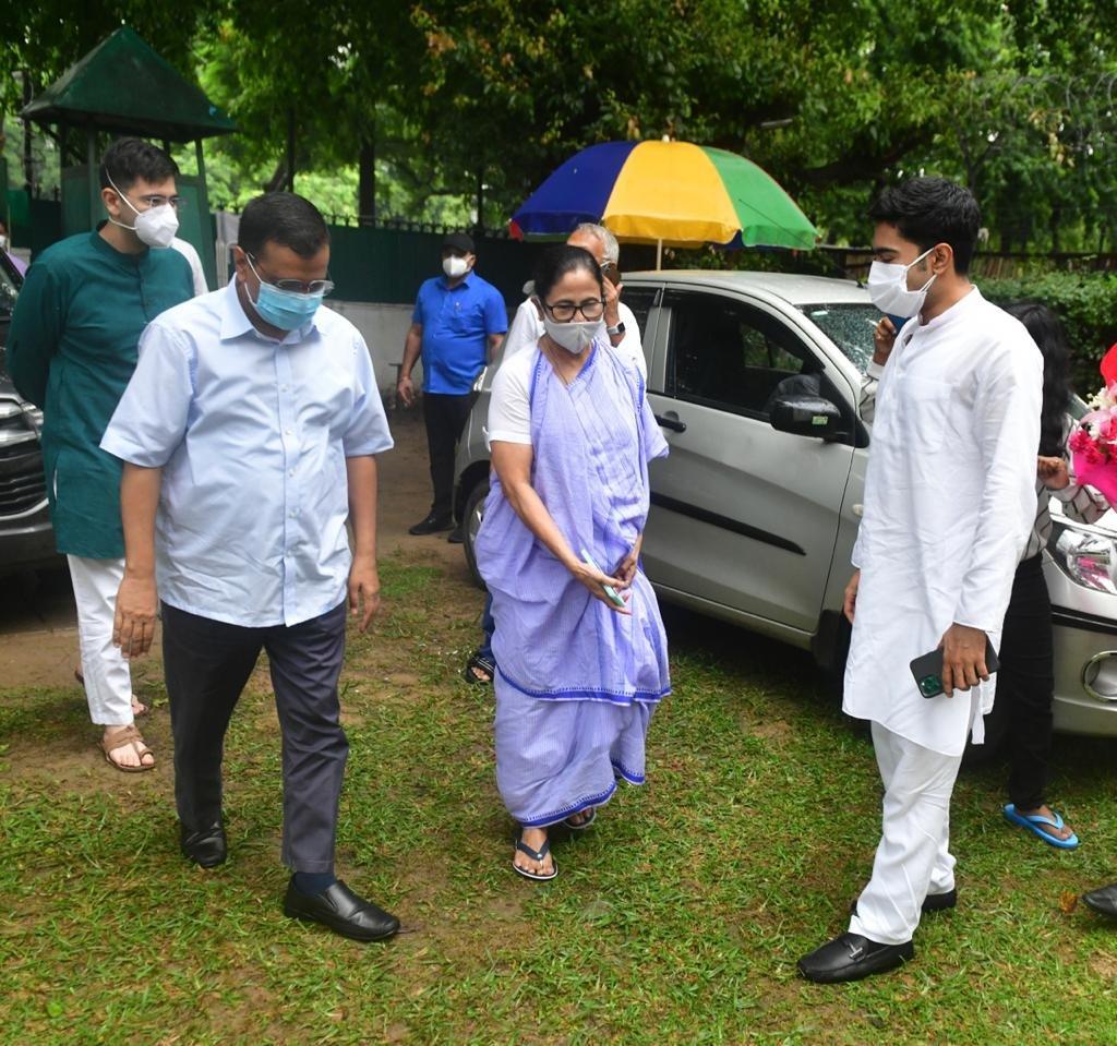 ममता के भतीजे और TMC सांसद के घर पहुंचे अरविंद केजरीवाल और गौरव चड्ढा।