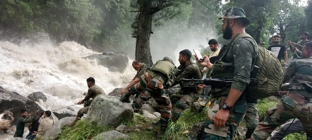 किश्तवाड़ में रेस्क्यू ऑपरेशन के लिए आर्मी की टुकड़ियों को तैनात किया गया है।