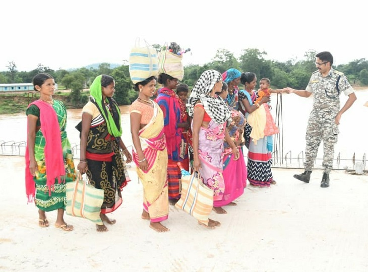 इंद्रावती नदी पर बन रहे पुल से ग्रामीणों की पैदल आवाजाही शुरू, जायजा लेने पहुंचे बस्तर IG ने लोगों से पूछा- अब कोई परेशानी तो नहीं जगदलपुर,Jagdalpur - Dainik Bhaskar