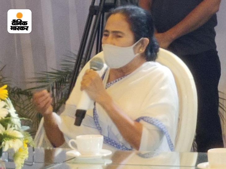 दिल्ली में बुधवार को प्रेस कॉन्फ्रेंस के दौरान ममता बनर्जी।