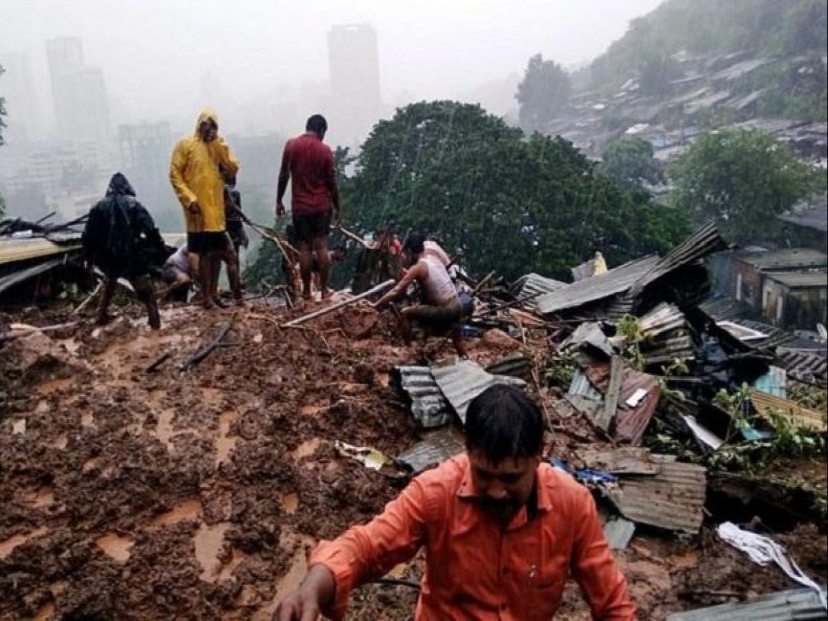 सतारा के अंबेघर गांव में 22 जुलाई को लैंड स्लाइड के बाद बचाव कार्य में लगे ग्रामीण और रेस्क्यू टीम।