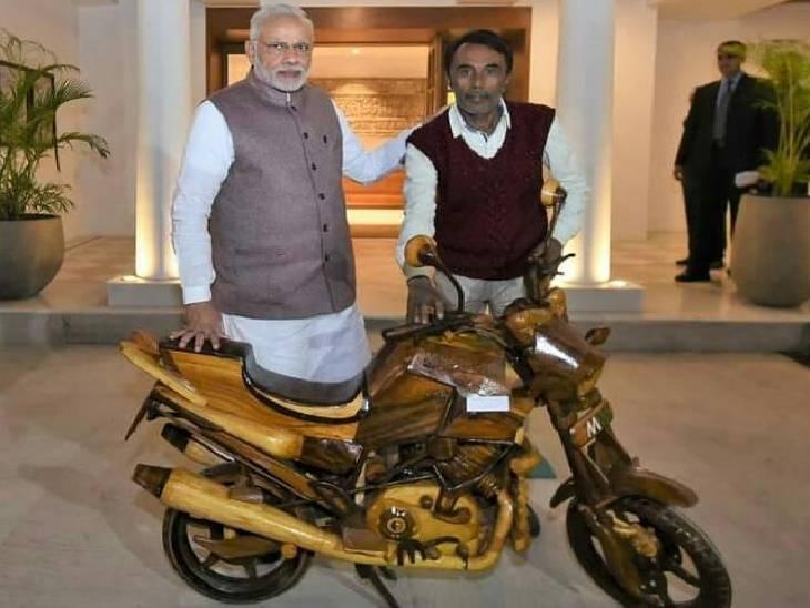 PM मोदी ने पूछा- क्या चाहते हो? जवाब- कुछ नहीं, आपको बाइक गिफ्ट कर बेटी की इच्छा पूरी कर दी; कलाकार के पास खुद का घर भी नहीं|रीवा,Rewa - Dainik Bhaskar
