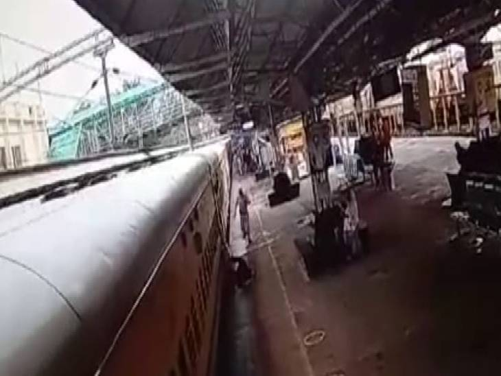 ट्रेन में चढ़ते समय महिला का पैर फिसला।
