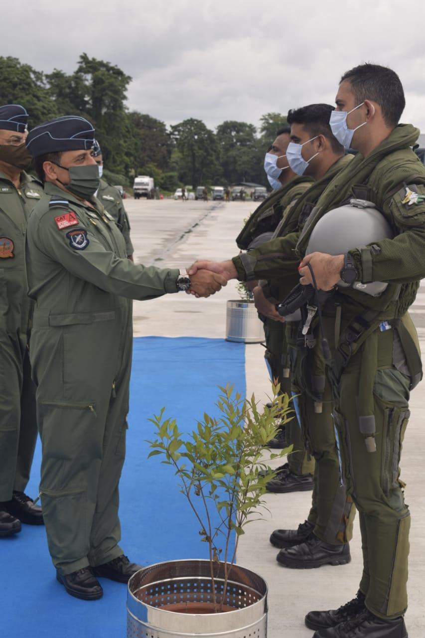 बंगाल हासीमारा एयरबेस पर तैनात राफेल के पायलट्स से मिलते हुए एयरफोर्स चीफ आरकेएस भदौरिया।