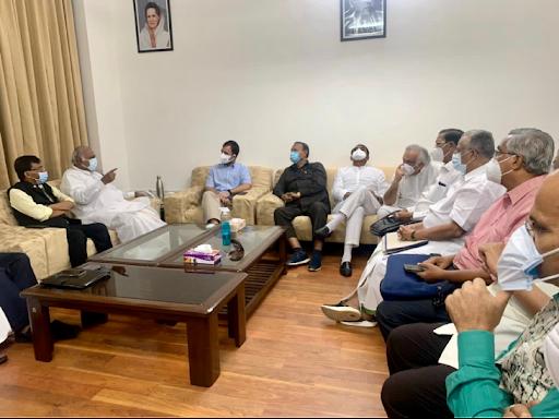 राहुल ने कहा कि सरकार विपक्ष को ये कहकर बदनाम कर रही है कि हम संसद की कार्यवाही नहीं चलने दे रहे, लेकिन हम तो जनता, किसानों और देश से जुड़े मुद्दों को उठा रहे हैं।
