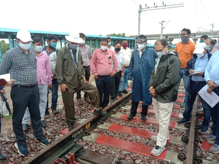 झांसी-बबीना रेल सेक्शन के बीच करीब 25.35 किमी लंबी तीसरी रेल लाइन झांसी से बबीना के बीच बिछाई जा चुकी। ट्रैक के इस्तेमाल से पहले रेलवे इसकी मजबूती परखने में जुटा है। - Dainik Bhaskar