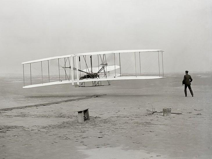 राइट ब्रदर्स का बनाया पहला विमान।