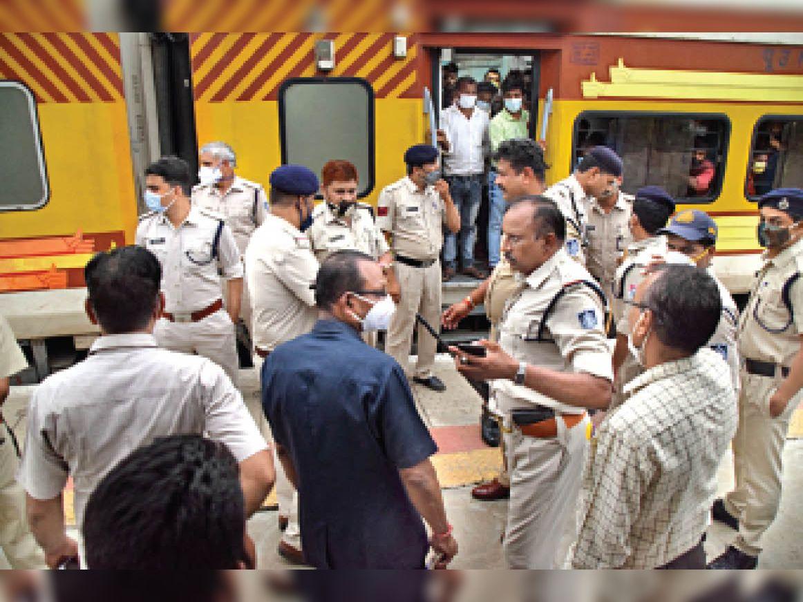 बुधवार की शाम 6:06 मिनट पर जनसाधारण एक्सप्रेस लोकमान्य तिलक में लूट की सूचना मिलते ही पुलिस बल पहुंचा रेलवे स्टेशन शुरू से आखरी तक ट्रेन को खंगाला संदिग्ध व्यक्तियों से की पूछताछ बड़ी संख्या में पुलिस बल तैनात हुआ करीब 50 मिनट बाद ट्रेन रवाना हुई। - Dainik Bhaskar