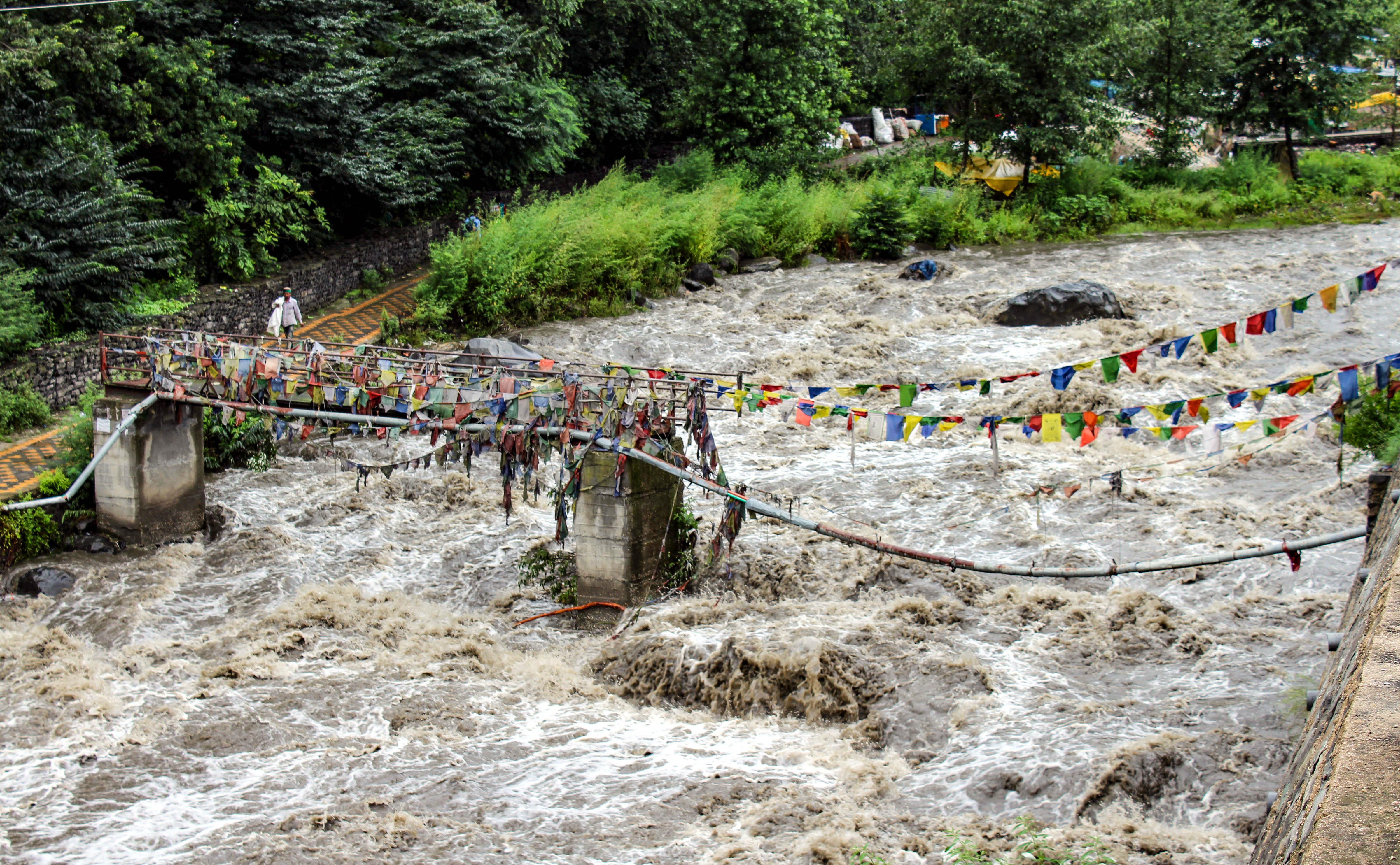 कुल्लू में लगातार हो रही बारिश के बाद ब्यास नदी का जलस्तर खतरे के निशान तक बढ़ गया है।