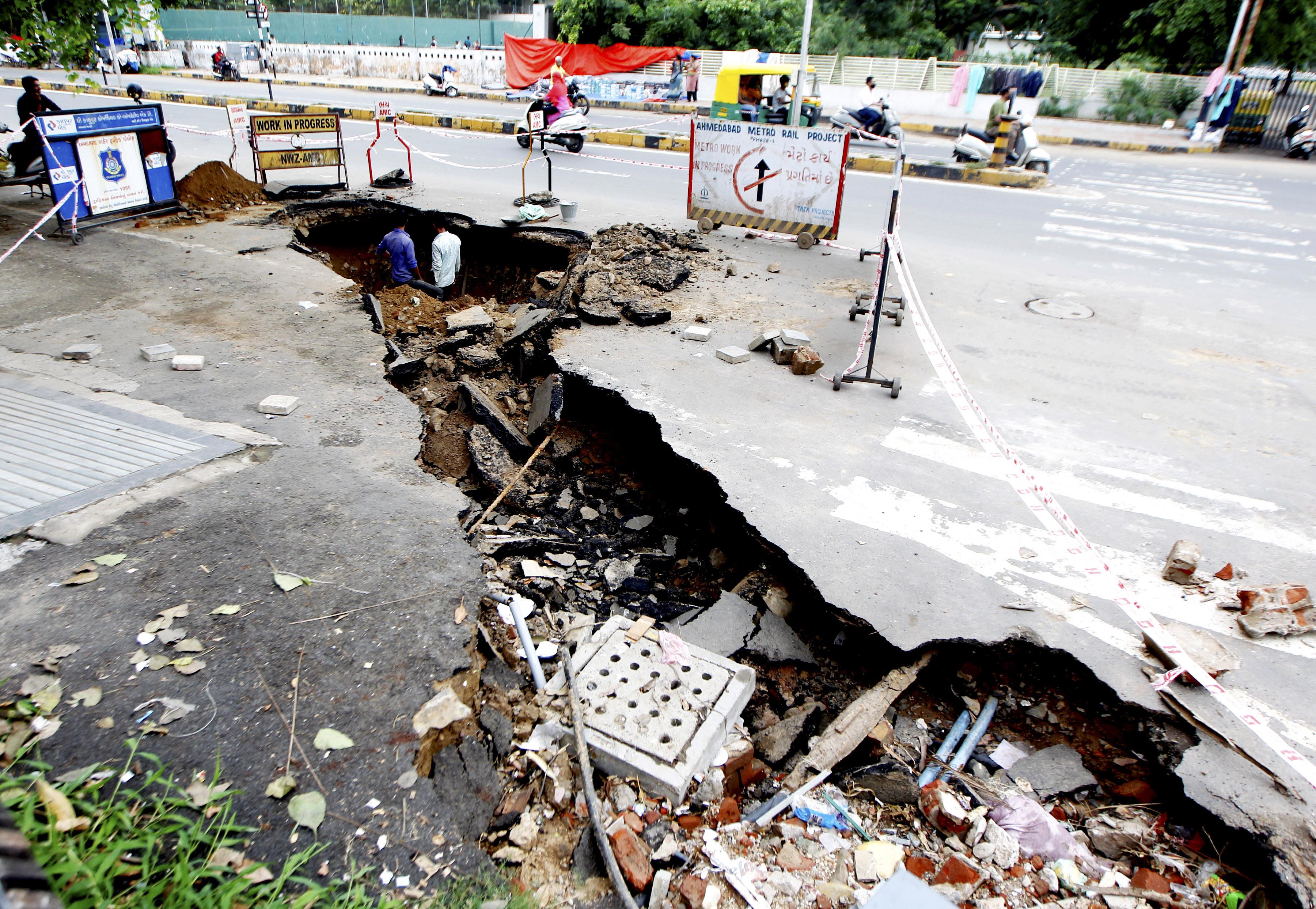 गुजरात के अहमदाबाद में बारिश के बाद सड़क धंस गई।