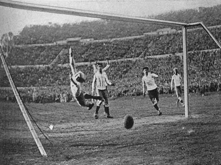 अर्जेंटीना के खिलाफ चौथा गोल करते हुए उरुग्वे के हेक्टर कास्त्रो।