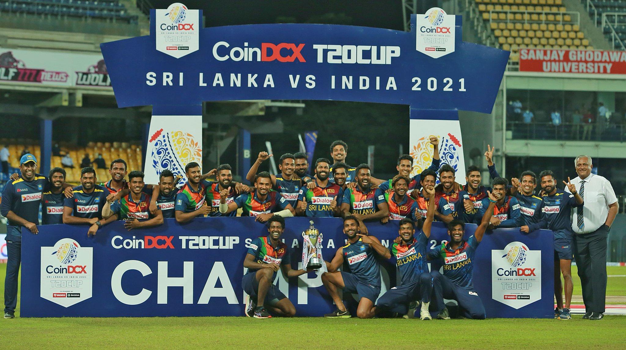 टी-20 ट्रॉफी के साथ श्रीलंकाई टीम।