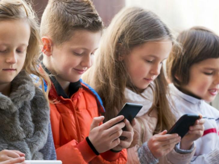 जब बच्चों के साथ रहें तो स्क्रीन से दूरी रखने की कोशिश करें। उन्हें स्कूल छोड़ने-लेने जाएं तो भी फोन ज्यादा न देखें। - Dainik Bhaskar