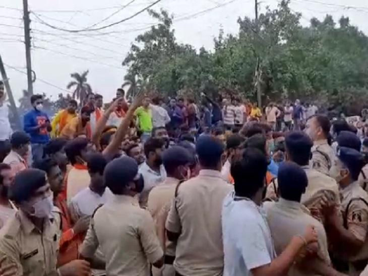 भाजपाइयों ने फूंका सरकार का पुतला, CSP से धक्का-मुक्की में फटे नेताओं के कपड़े; CM पर रिश्तेदारों को फायदा पहुंचाने का आरोप|रायपुर,Raipur - Dainik Bhaskar