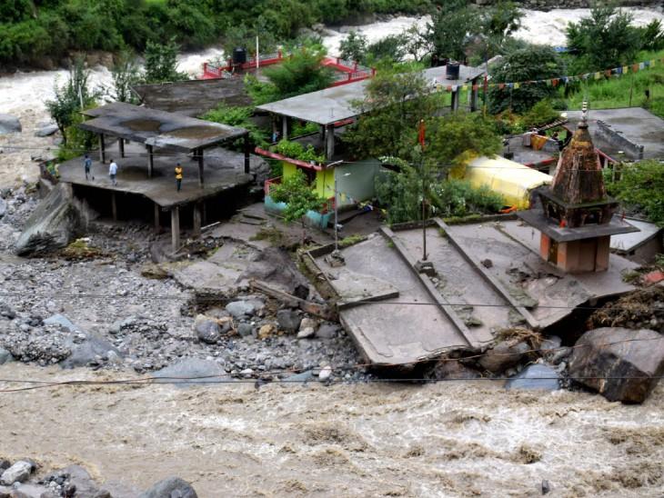 कुल्लू में बादल फटने के बाद आई बाढ़ से कई घरों और मंदिरों को भारी नुकसान हुआ है।