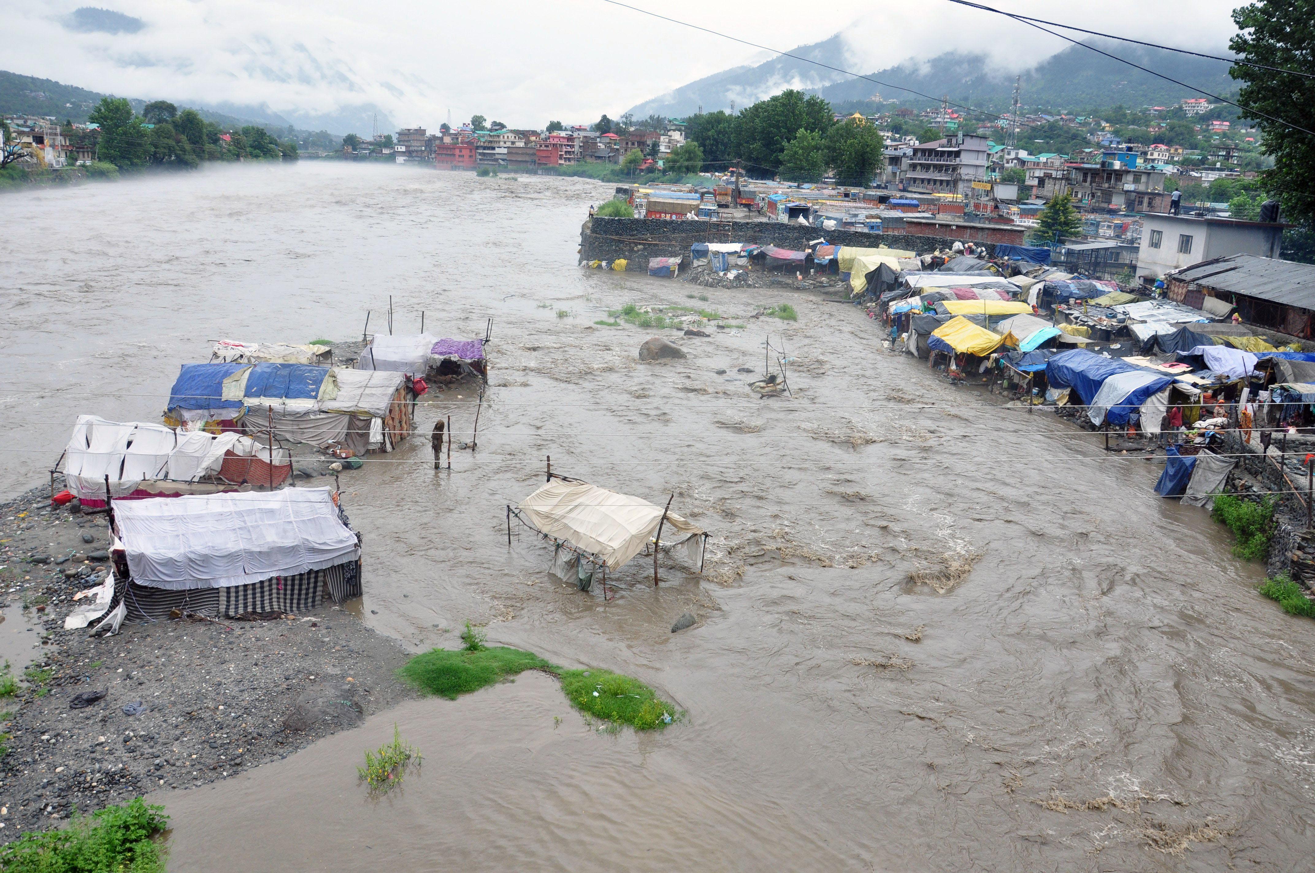 कुल्लू में भारी बारिश के बाद ब्यास नदी के आस-पास बने घरों तक पानी पहुंच गया।