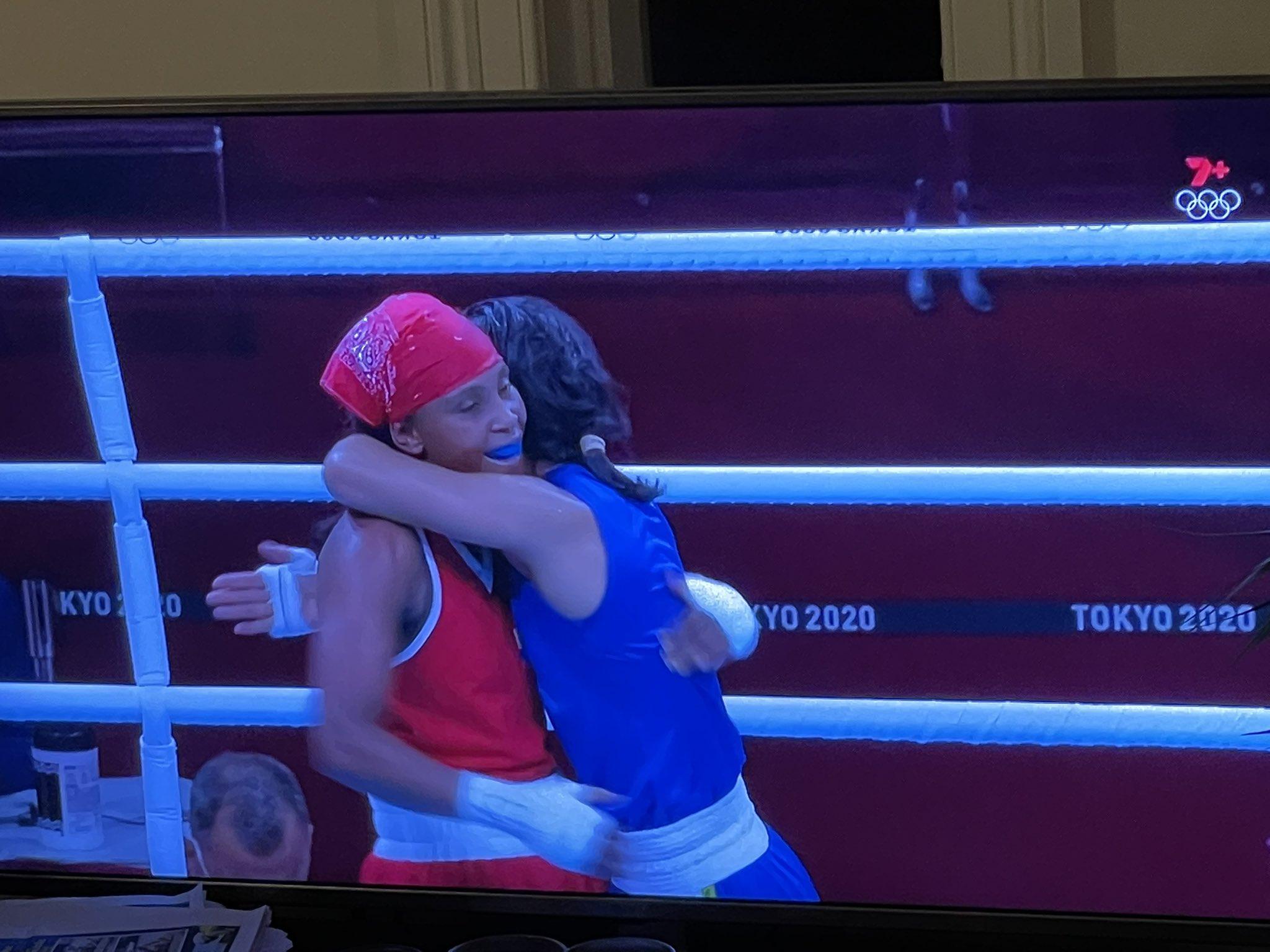 कोलंबियाई बॉक्सर ने मेरीकॉम को गले से लगा लिया।