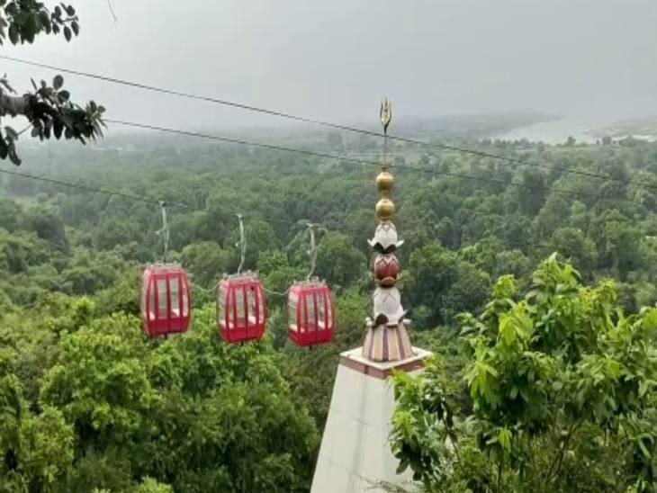 दर्शन के साथ ही प्राकृतिक सौंदर्य को भी लोग निहार पाएंगे। एक तरफ पहाड़ तो दूसरी तरफ मां गंगा की निर्मल धारा दिखाई पड़ती है।