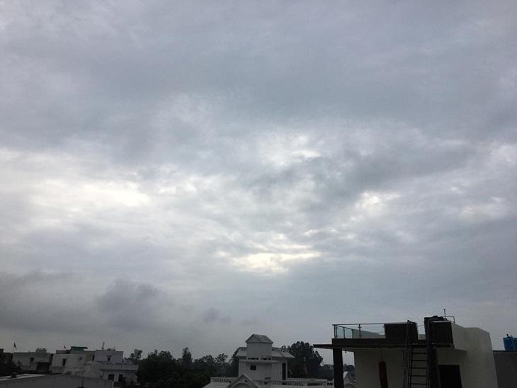 पानीपत में सुबह के समय आसमान में छाए घने काले बादल। - Dainik Bhaskar