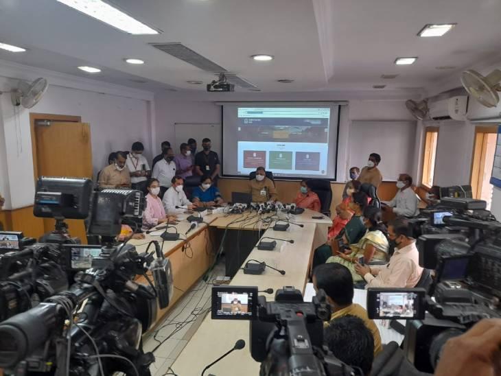12वीं का रिजल्ट घोषित करते शिक्षा मंत्री इंदर सिंह परमार।