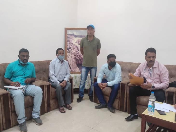 जबलपुर लोकायुक्त ने रंगेहाथ दबोचा, डेढ़ फीट अवैध निर्माण न तोड़ने के एवज में मांगे थे 25 हजार रुपए जबलपुर,Jabalpur - Dainik Bhaskar