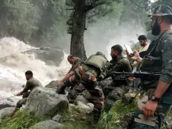 बुधवार को किश्तवाड़ में बादल फटने से 4 लोगों की मौत हो गई। बाढ़ और भूस्खलन के कारण इस इलाके में भारी तबाही हुई है। राहत कार्य के लिए यहां सेना बुलाई गई है।