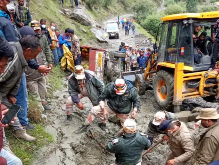 हिमाचल के किन्नौर जिले में बादल फटने से 9 लोगों की मौत हो गई है जबकि कई लोग अभी भी लापता हैं।