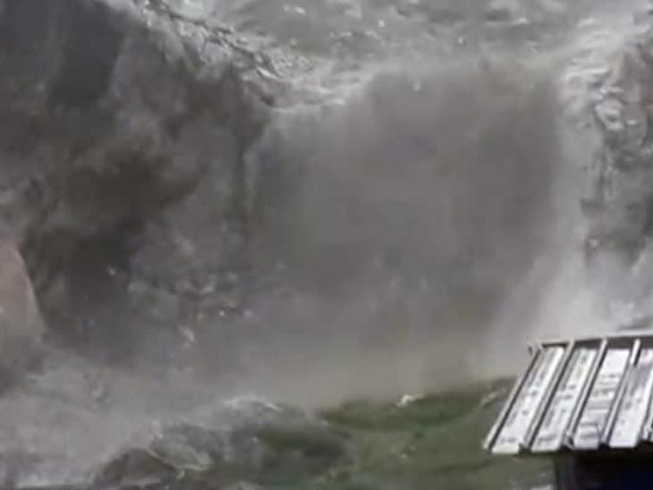 बुधवार को जम्मू-कश्मीर में अमरनाथ गुफा के पास बादल फटने से भारी तबाही मची है। हालांकि किसी की जान जाने की खबर नहीं है।