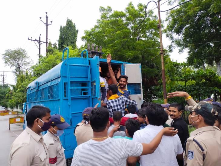 SP कार्यालय का घेराव करने जा रहे 51 NSUI कार्यकर्ताओं को पुलिस ने किया गिरफ्तार, फिर पुलिस लाइन में ले जाकर मुचकुले पर छोड़ा रीवा,Rewa - Dainik Bhaskar