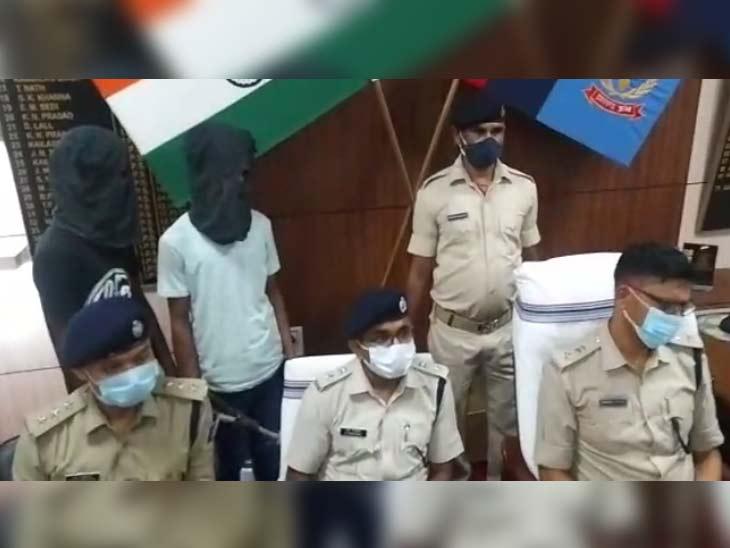 धनबाद SSP ने गुरुवार शाम प्रेस कांफ्रेंस कर मामले का खुलासा जल्द करने का दावा किया। पुलिस हिरासत में आरोपी लखन और राहुल।
