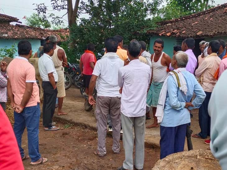मृतक के घर पर जुटी लोगों की भीड़। - Dainik Bhaskar