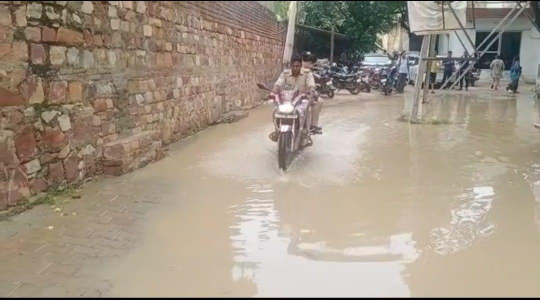 हर साल बारिश में पानी-पानी हो जाता है थाना, हाईवे का पानी सड़कों से होकर भरता है थाने में, फरियादी और पुलिसवाले हो रहे परेशान|मथुरा,Mathura - Dainik Bhaskar