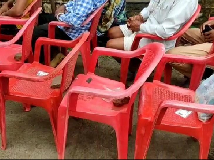 मधुसूदनगढ़ में सुबह 6 बजे से ही 400 से ज्यादा लोग पहुंचे टीका लगवाने, भीड़ ज्यादा होने से बनी हंगामे की स्थिति; नागरिकों ने कुर्सियां उठाकर फेंकी|गुना,Guna - Dainik Bhaskar