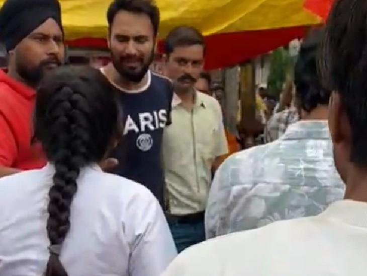 नर्स के साथ गाली-गलौच करते युवक - Dainik Bhaskar