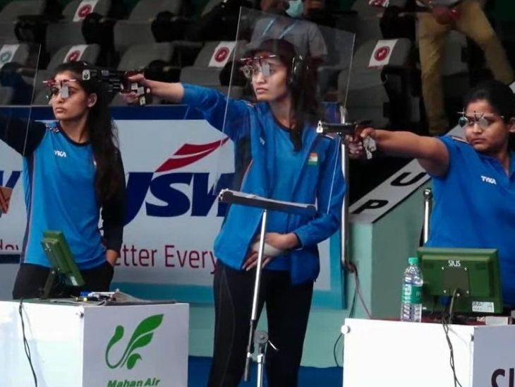 शूटिंग में महिलाओं की 25 मीटर एयर पिस्टल में भारत की राही सरनोबत (दाएं) और मनु भाकर (बाएं) चुनौती पेश कर रही हैं।