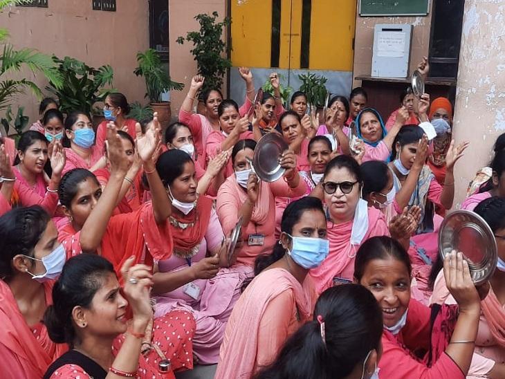 लुधियाना DC के ऑफिस पहुंचकर बजाई चम्मच-थाली, बोलीं- घर चलाना मुश्किल हो गया है, हरियाणा जितनी सैलरी दें पंजाब,Punjab - Dainik Bhaskar