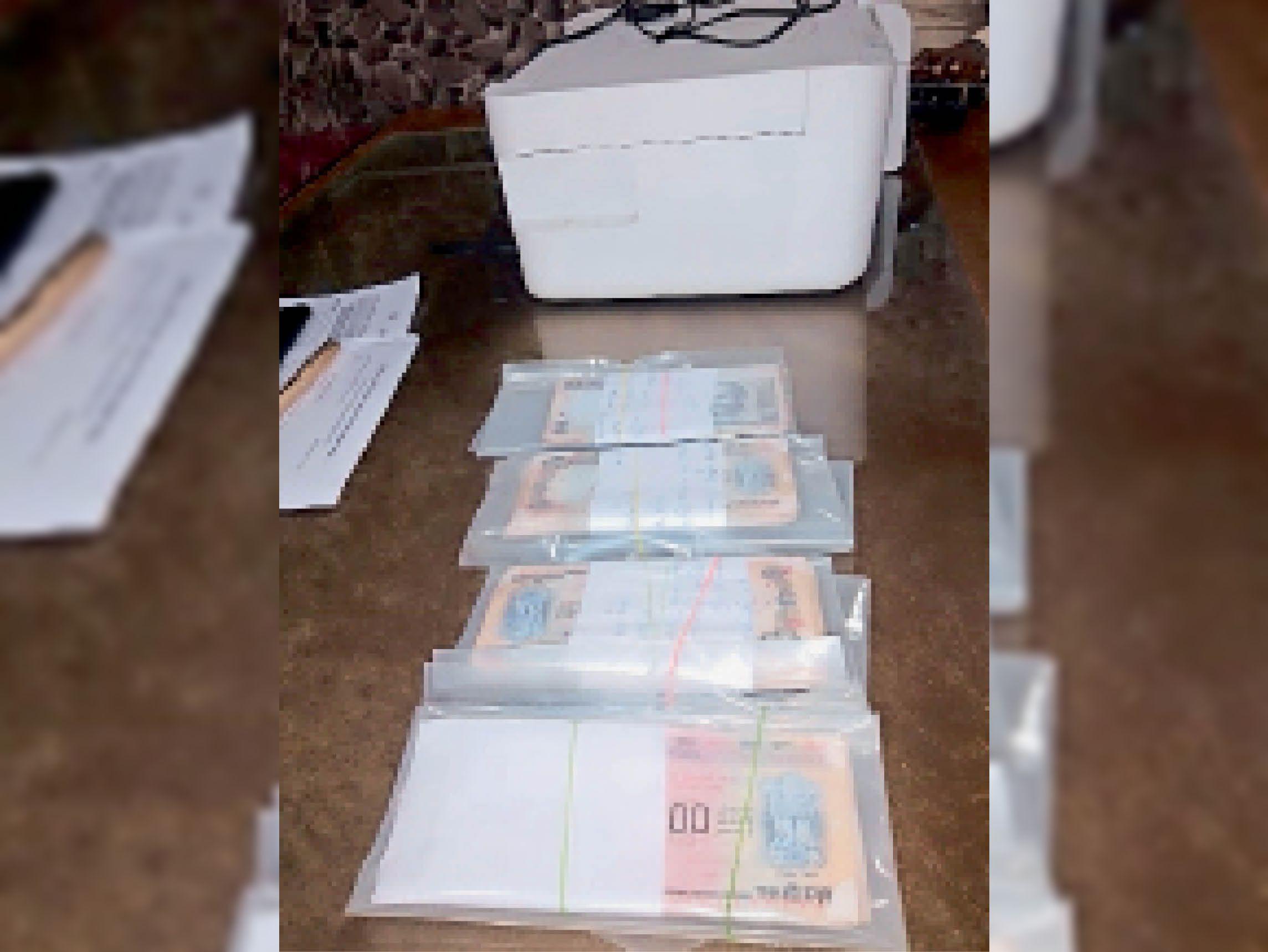 आरोपियों से जब्त कलर प्रिंटर व नकली नोट। - Dainik Bhaskar