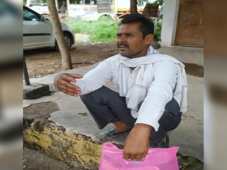 फरियादी किसान सुरेश राठौर JAH में अपने साथ हुई घटना को बताते हुए - Dainik Bhaskar