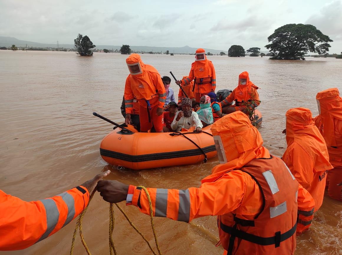 कोल्हापुर में कई गांव डूब गए हैं। उनहें सुरक्षित स्थानों पर लाया जा रहा है।