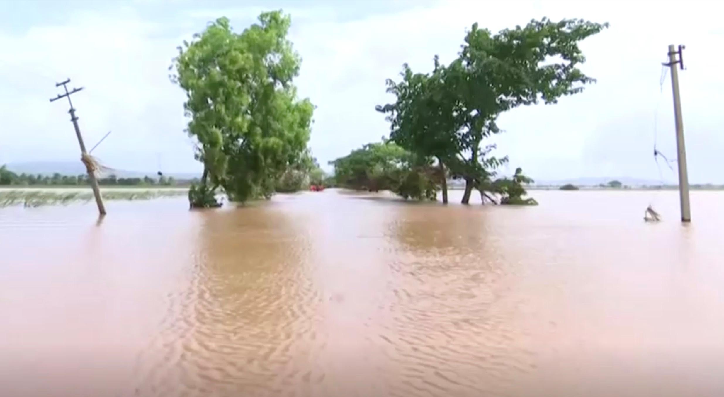 गंगा और यमुना नदी का जलस्तर भी लगातार बढ़ता जा रहा है।