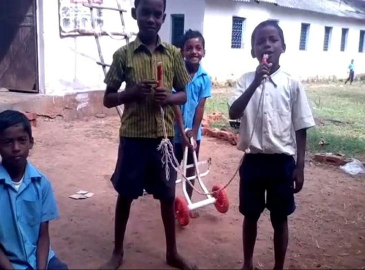 'बचपन का प्यार' के बाद अब दंतेवाड़ा के बच्चों का वीडियो वायरल; कबाड़ को बजाकर रस्सी के माइक से गा रहा 'बेबी मुझे देदे लव डोज'|जगदलपुर,Jagdalpur - Dainik Bhaskar