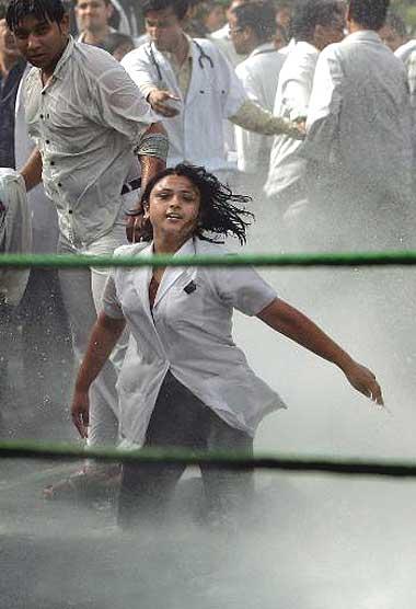 2006 में दिल्ली की मेडिकल स्टूडेंट अर्पिता मजूमदार रिजर्वेशन के खिलाफ हुए प्रदर्शनों का चेहरा बन गई थी। स्टूडेंट उच्च शिक्षण संस्थानों में OBC को 27% रिजर्वेशन को लेकर पूरे देश में विरोध हुआ था।