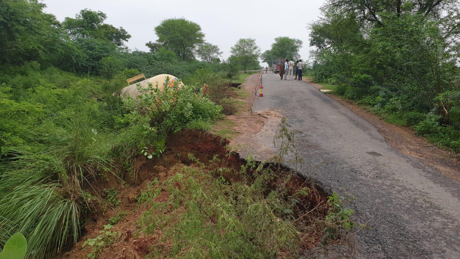 मथुरा में थाना मांट क्षेत्र स्थित यमुना एक्सप्रेस वे के सर्विस रोड से गुजरते समय टैंकर  पलट गया। - Dainik Bhaskar