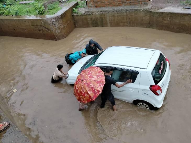 बारिश के बाद म्याना रेलवे अंडर ब्रिज में भरा पानी। बीच में ही गाड़ियां फंसी।
