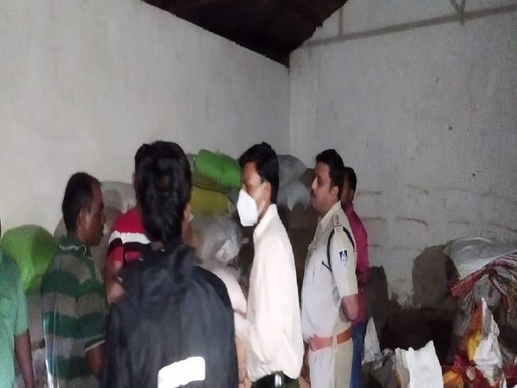गोसलपुर पुलिस ने राजस्व विभाग के साथ मिलकर दो गाेदामों पर दी दबिश, दोनों सील। - Dainik Bhaskar