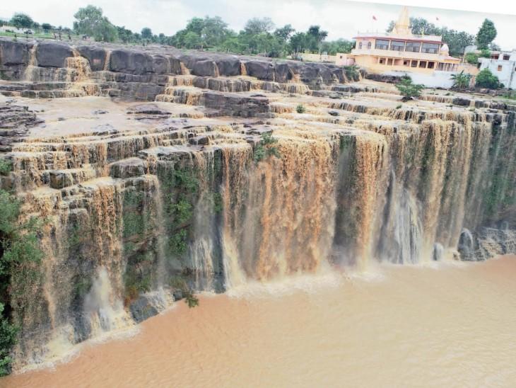 बियावान जंगल में प्राकृतिक झरना, 50 फीट ऊंचाई से गिरता है पानी|शिवपुरी,Shivpuri - Dainik Bhaskar