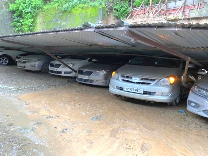मंडी जिले में पार्किंग में खड़ी कारों पर टीन का शेड गिर गया।