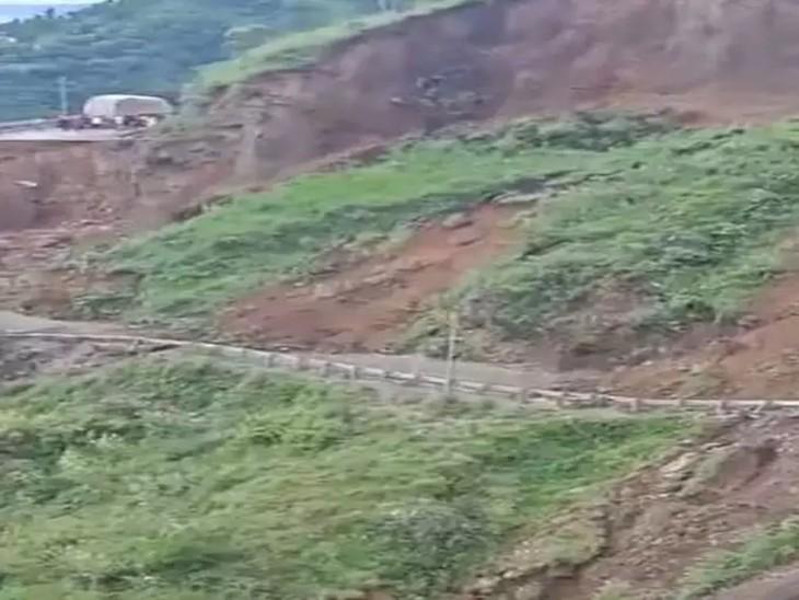 हादसे के दौरान सड़क के दोनों तरफ से वाहनों को दूर हटाया गया।