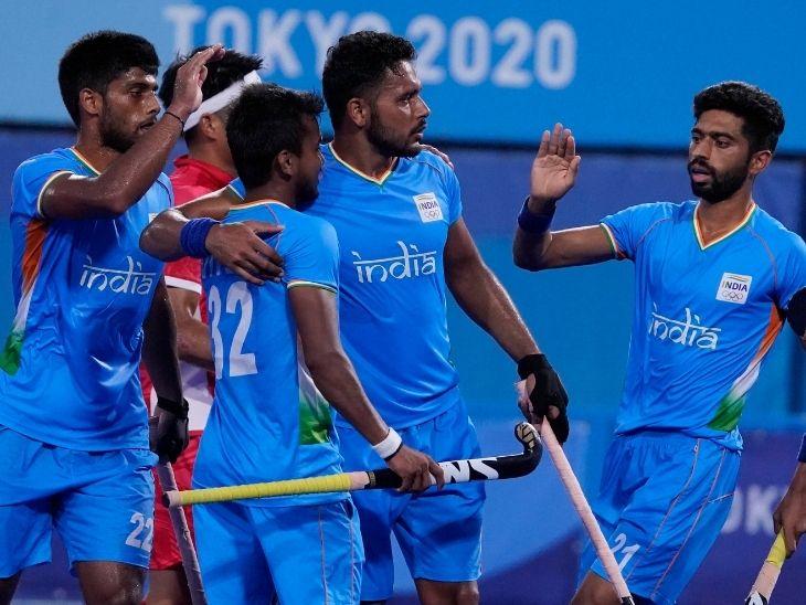 जापान के खिलाफ जीत हासिल करने के बाद एक-दूसरे को बधाई देते भारतीय हॉकी टीम के खिलाड़ी। भारत ने यह मैच 5-3 से जीता।