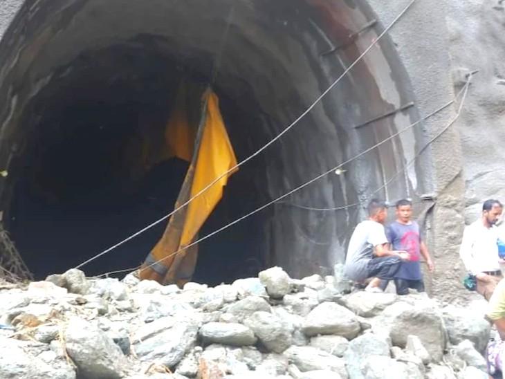 ममखोला मेंसेवक-रंग्पो रेल परियोजना पर काम के दौरान पहाड़ से चट्टानें गिरने लगीं।